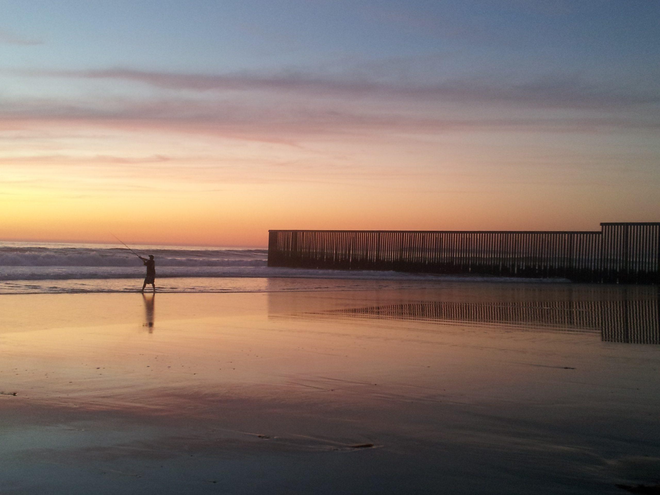 Pescador en las playas de Tijuana, cerca de la frontera de México/EU
