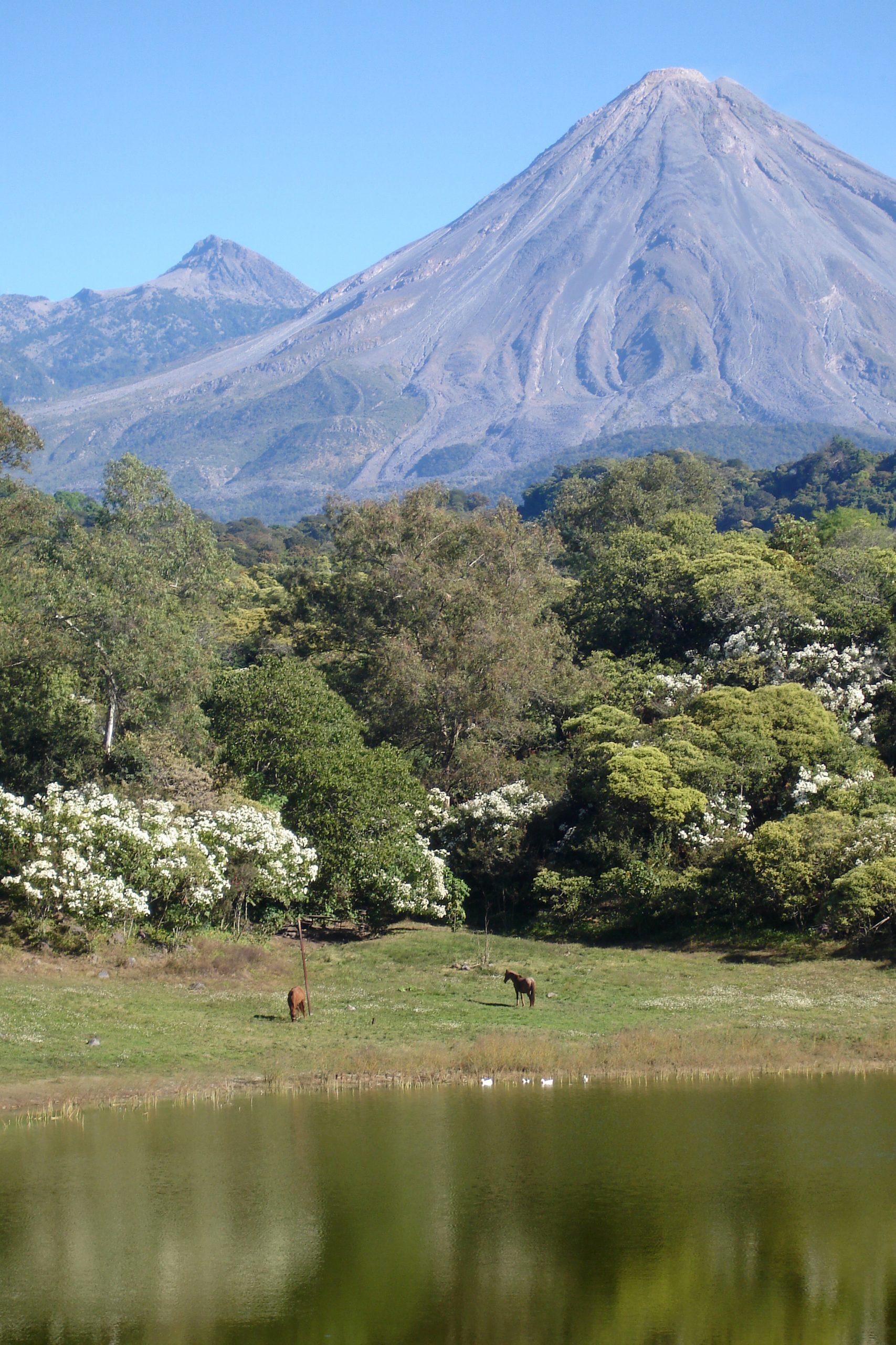 Los volcanes de Colima desde la laguna de Carrizalillos